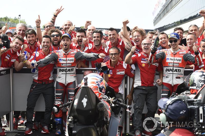 Il vincitore della gara Dovizioso, Ducati Team, il secondo classificato Jorge Lorenzo, Ducati Team