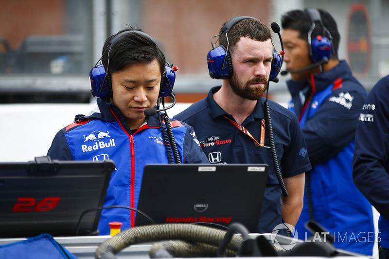 Inżynier Toro Rosso Honda przy pracy