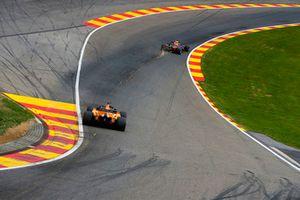 Daniel Ricciardo, Red Bull Racing RB14, y Fernando Alonso, McLaren MCL33