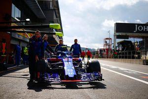 Ingegneri Toro Rosso con la monoposto di Pierre Gasly, Toro Rosso STR13