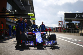 Toro Rosso engineers with the car of Pierre Gasly, Toro Rosso STR13