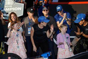 Poppy y Tilly Dixon bailando flash mob Scott Dixon, Chip Ganassi Racing Honda