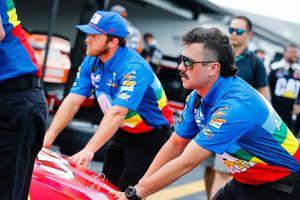 William Byron, Hendrick Motorsports, Chevrolet Camaro AXALTA Throwback crew