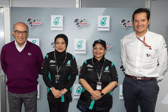 Carmelo Ezpeleta, Dorna CEO con Zahariah (Liza) Abdul Rahman, PETRONAS Group Strategic Communications Senior General Manager, Noor Afiza Bt Mohd Yusof, PETRONAS Group Strategic Communications Head of Brand Management e Pau Serracanta, Managing Director Dorna