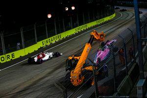 Marcus Ericsson, Sauber C37, przejeżdża obok rozbitego samochodu Estebana Ocona, Racing Point Force India VJM11