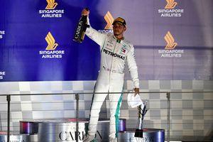 Lewis Hamilton, Mercedes AMG F1, festeggia sul podio con champagne e trofeo