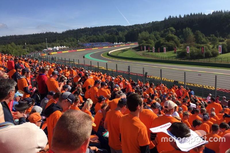 Fans holandeses en la grada Orange Experience