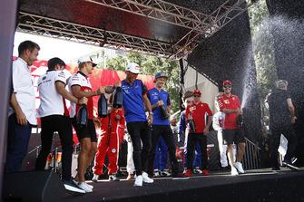 Charles Leclerc, Sauber, Marcus Ericsson, Sauber, Pierre Gasly, Scuderia Toro Rosso Toro Rosso, Brendon Hartley, Scuderia Toro Rosso et Sebastian Vettel, Ferrari s'aspergent de champagne sur scène