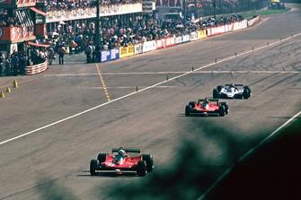 Jody Scheckter, Ferrari 312T4 lidera a Gilles Villeneuve, Ferrari 312T4B y Jacques Laffite, Ligier JS11