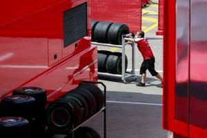 Alfa Romeo mechanic with pirelli tyres