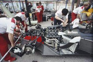 Des mécaniciens travaillent sur la McLaren MP4-4 Honda d'Alain Prost