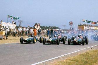 Jim Clark, Lotus 25-Climax, Jack Brabham, Brabham BT7-Climax y Dan Gurney, Brabham BT7-Climax salen de la primera fila de la parrilla en la salida