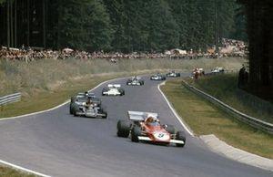 Clay Regazzoni, Ferrari 312B2 precede Emerson Fittipaldi, Lotus 72D Ford, Jackie Stewart, Tyrrell 003 Ford e Carlos Reutemann, Brabham BT37 Ford