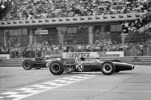 Jim Clark, Lotus 49 Ford devance Denny Hulme, Brabham BT24 Repco