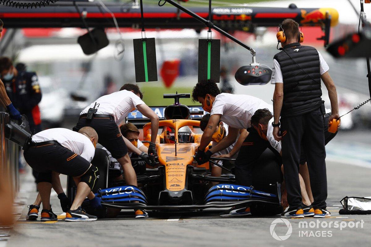 Carlos Sainz Jr., McLaren MCL35, cambia l'ala frontale
