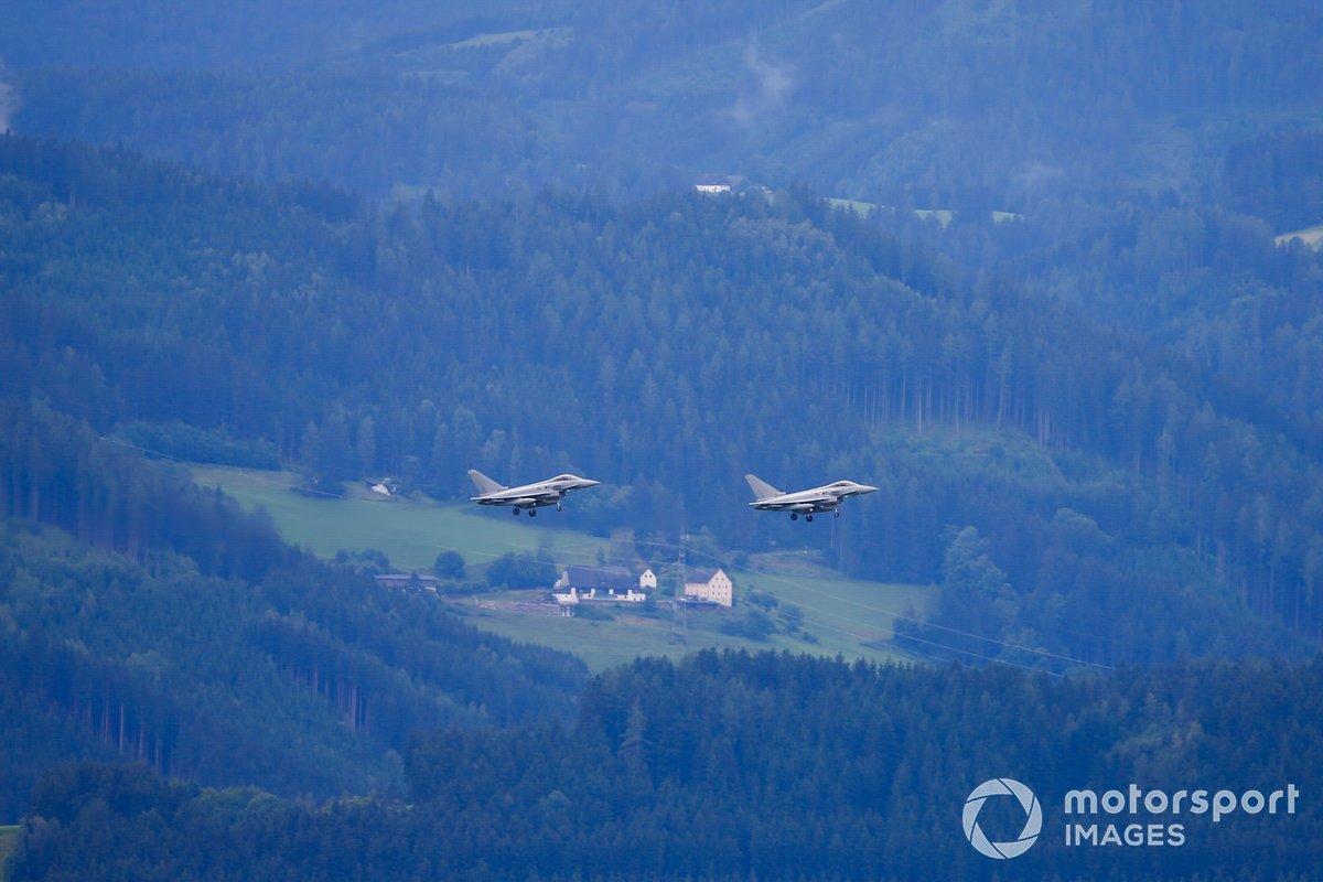 Un par de Eurofighter Typhoons de la Fuerza Aérea Austriaca sobre el circuito
