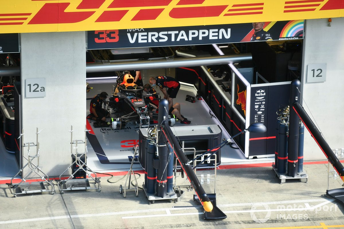 La macchina di Max Verstappen, Red Bull Racing RB16 nel garage