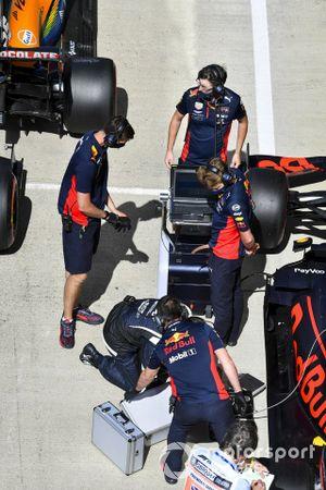 Mecánicos con el monoplaza de Max Verstappen, Red Bull Racing RB16, en Parc Ferme