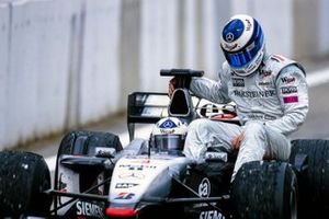 David Coulthard, McLaren MP4-16, mit Mika Häkkinen, McLaren