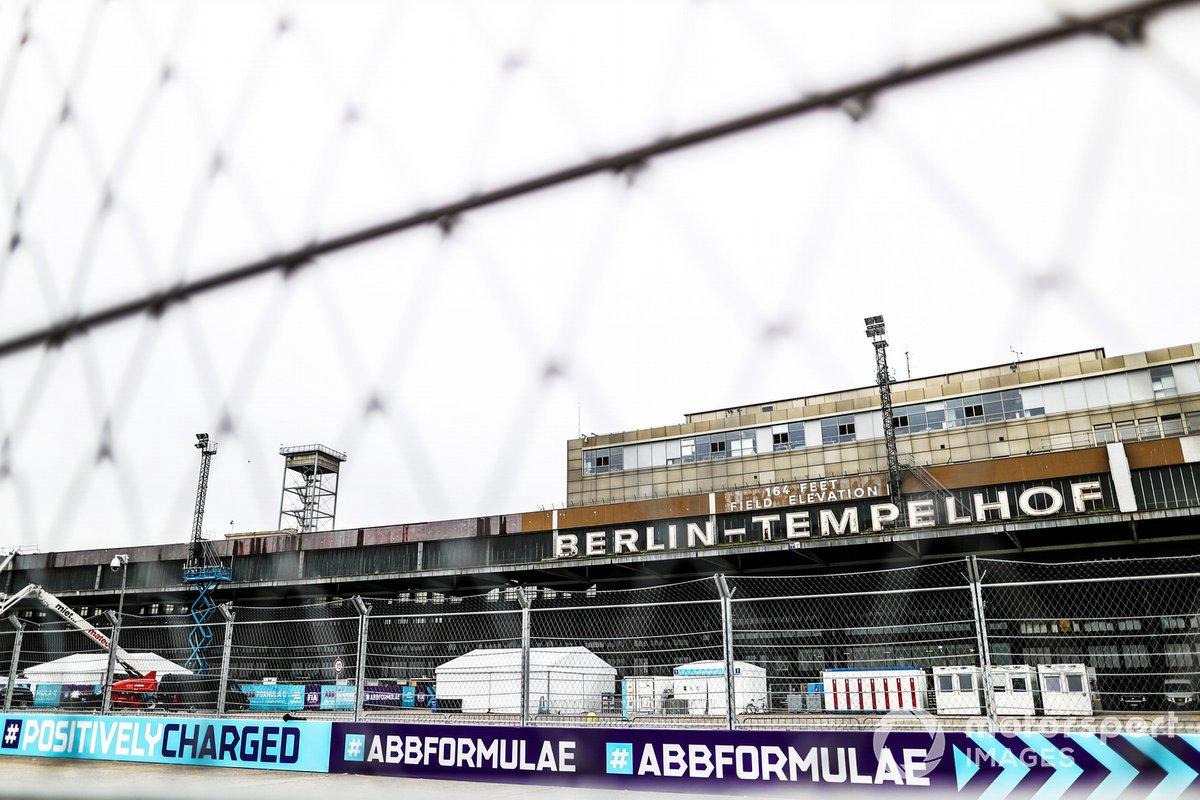 Una vista a través de la pista con uno de los edificios de Berlín-Tempelhof al fondo