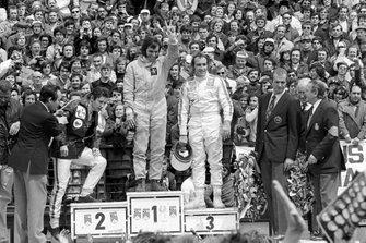 Podio: segundo lugar Jacky Ickx, Ferrari, Ganador Emerson Fittipaldi, Lotus y tercer lugar Clay Regazzoni, Ferrari, con el Príncipe Juan Carlos de España