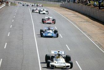 Carlos Reutemann, Brabham BT34 Ford leads Chris Amon, Matra MS120C and Clay Regazzoni, Ferrari 312B2