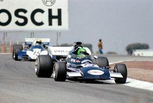 Henri Pescarolo, March 721 Ford devant Mike Hailwood, Surtees TS9B Ford