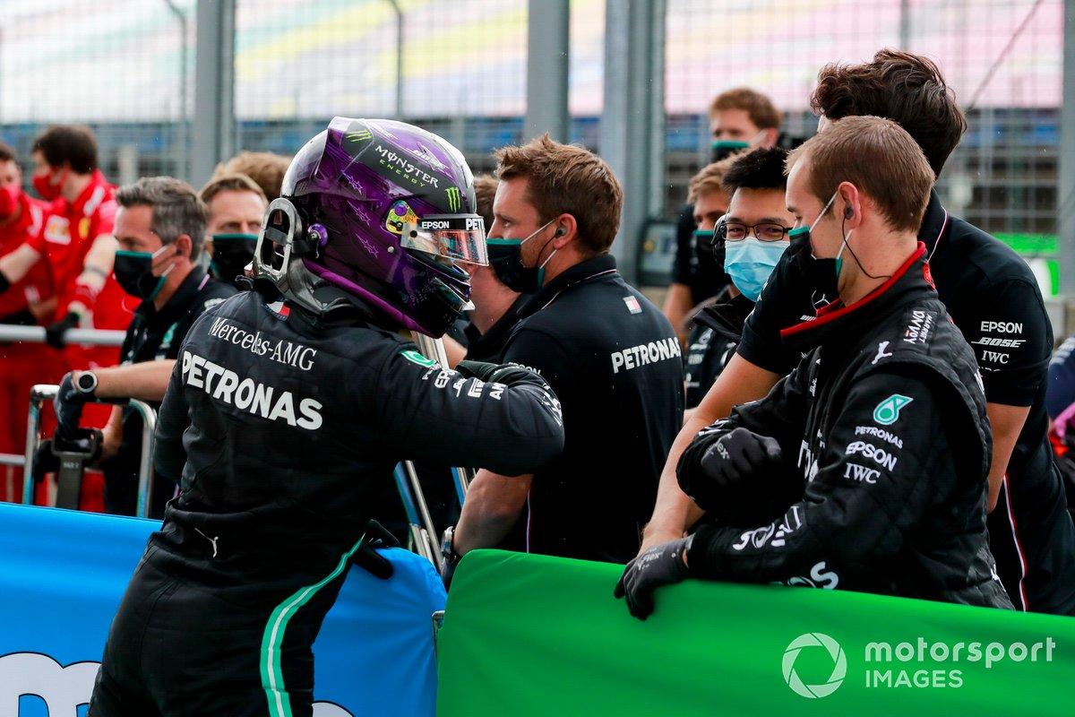 Lewis Hamilton, Mercedes-AMG Petronas F1, festeggia con il compagno di squadra dopo essersi assicurato la pole
