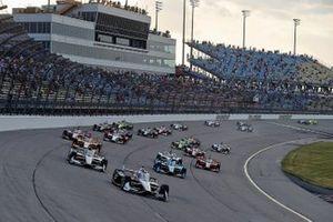 Start zu Rennen 2 auf dem Iowa Speedway: Josef Newgarden, Team Penske Chevrolet, führt