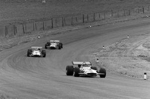 Pedro Rodríguez, BRM P153, Jackie Oliver, BRM P153 y Peter Gethin, McLaren M14A Ford