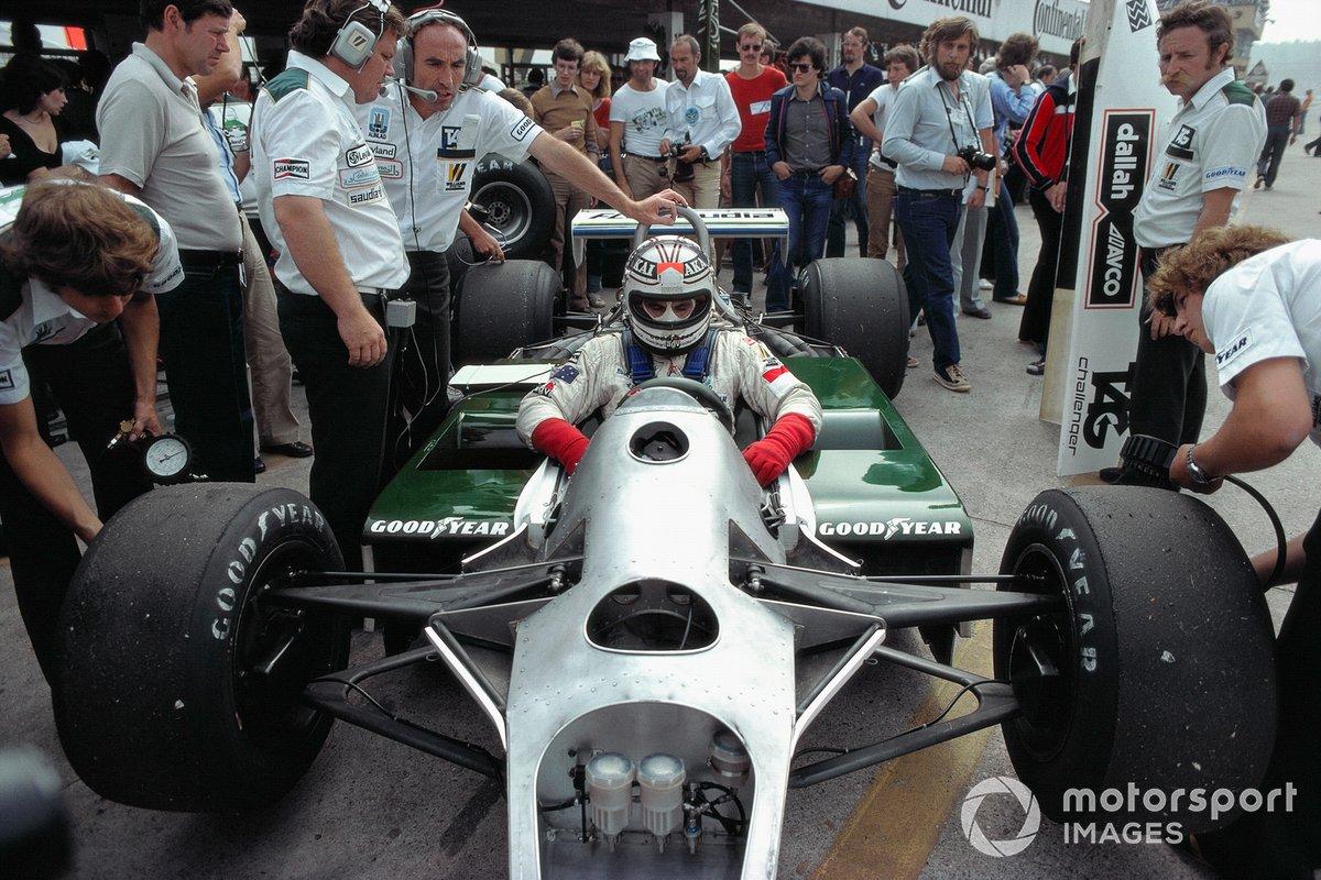 Именно поэтому вы не найдете Гран При Испании 1980 года в справочниках о Формуле 1. Эта победа не входит в официальный список достижений Williams и Джонса, как и других героев того июньского дня