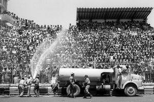 Los cañones de agua se encendieron para los agradecidos espectadores el día de la carrera en las sofocantes condiciones
