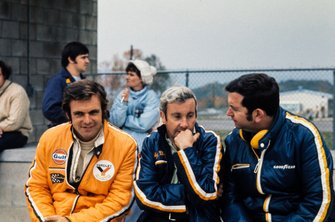 Peter Revson, McLaren with Teddy Mayer and Ed Alexander, Goodyear Race Director