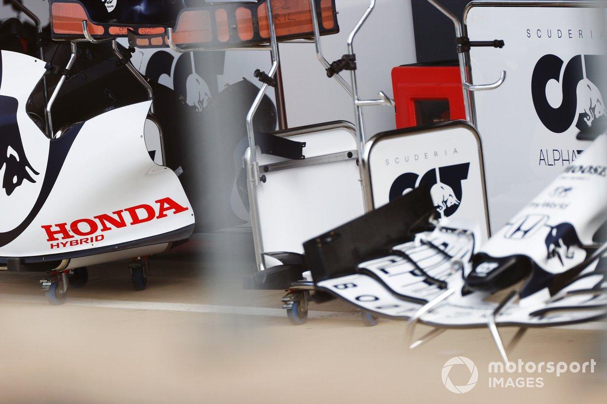 La carrocería del AlphaTauri AT01, incluyendo la nariz y el alerón delantero, así como una cubierta de motor de marca Honda
