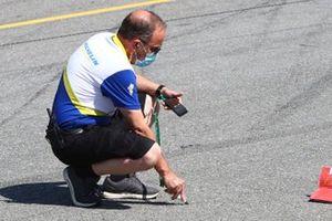 Un technicien Michelin prend la température de piste