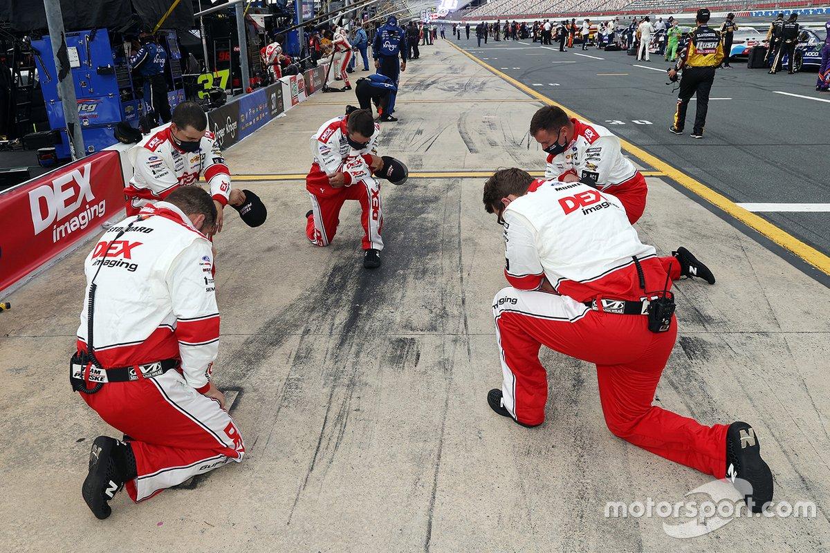 Los mecánicos de Ryan Blaney, Team Penske, Ford Mustang