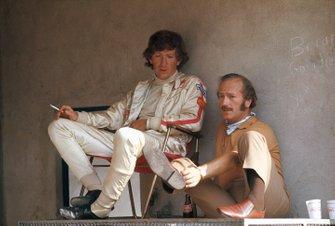 Jochen Rindt et Colin Chapman dans les stands