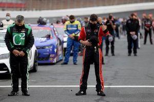 Los conductores y la tripulación cantan el himno nacional antes de la carrera Nascar Xfinity