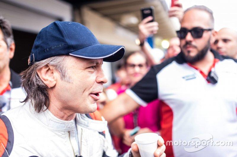 Bruce Dickinson: O vocalista do Iron Maiden, é um grande entusiasta do esporte. Em 2018, correu com um carro da Porsche Cup em Interlagos em um aquecimento para a etapa