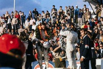 Podio: ganador de la carrera Jackie Stewart, segundo lugar Bruce McLaren, tercer lugar Mario Andretti