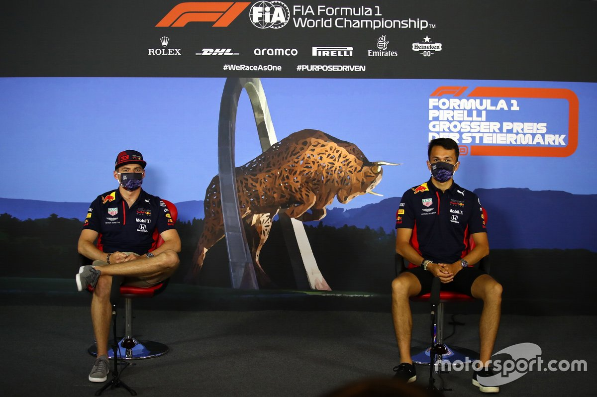 Max Verstappen, Red Bull Racing y Alex Albon, Red Bull Racing en la conferencia de prensa