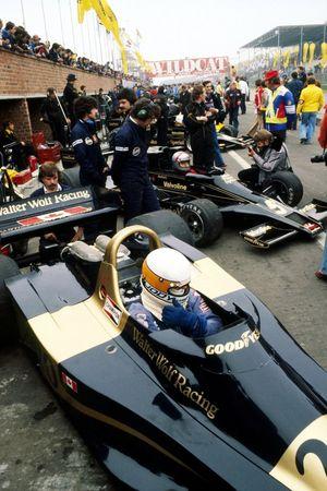 Jody Scheckter, Wolf WR1, y el ganador de la pole Mario Andretti, Lotus 78 en pit lane