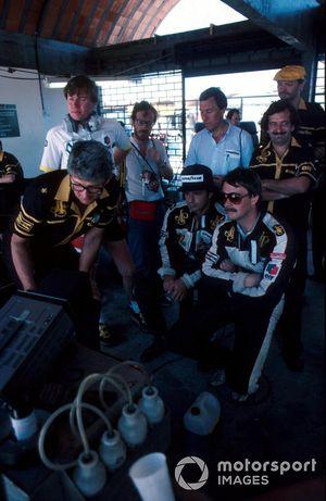 Elio de Angelis, Lotus, und Nigel Mansell, Lotus, mit Peter Warr