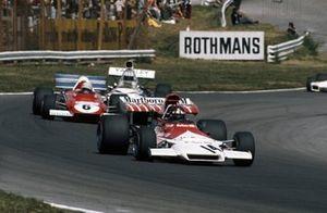 Jackie Oliver, BRM P160B, Arturo Merzario, Ferrari 312B2 y Denny Hulme, McLaren M19C Ford