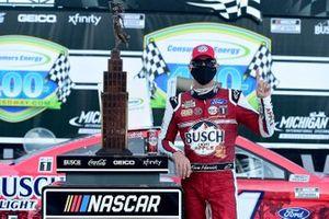 Победитель гонки Кевин Харвик, Stewart-Haas Racing, Ford Mustang