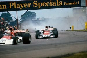 Un accidente de varios monoplazas tiene lugar detrás de Clay Regazzoni, BRM P160E, 7º, Howden Ganley, Williams IR02 Ford, 9º y Emerson Fittipaldi, Lotus 72E Ford