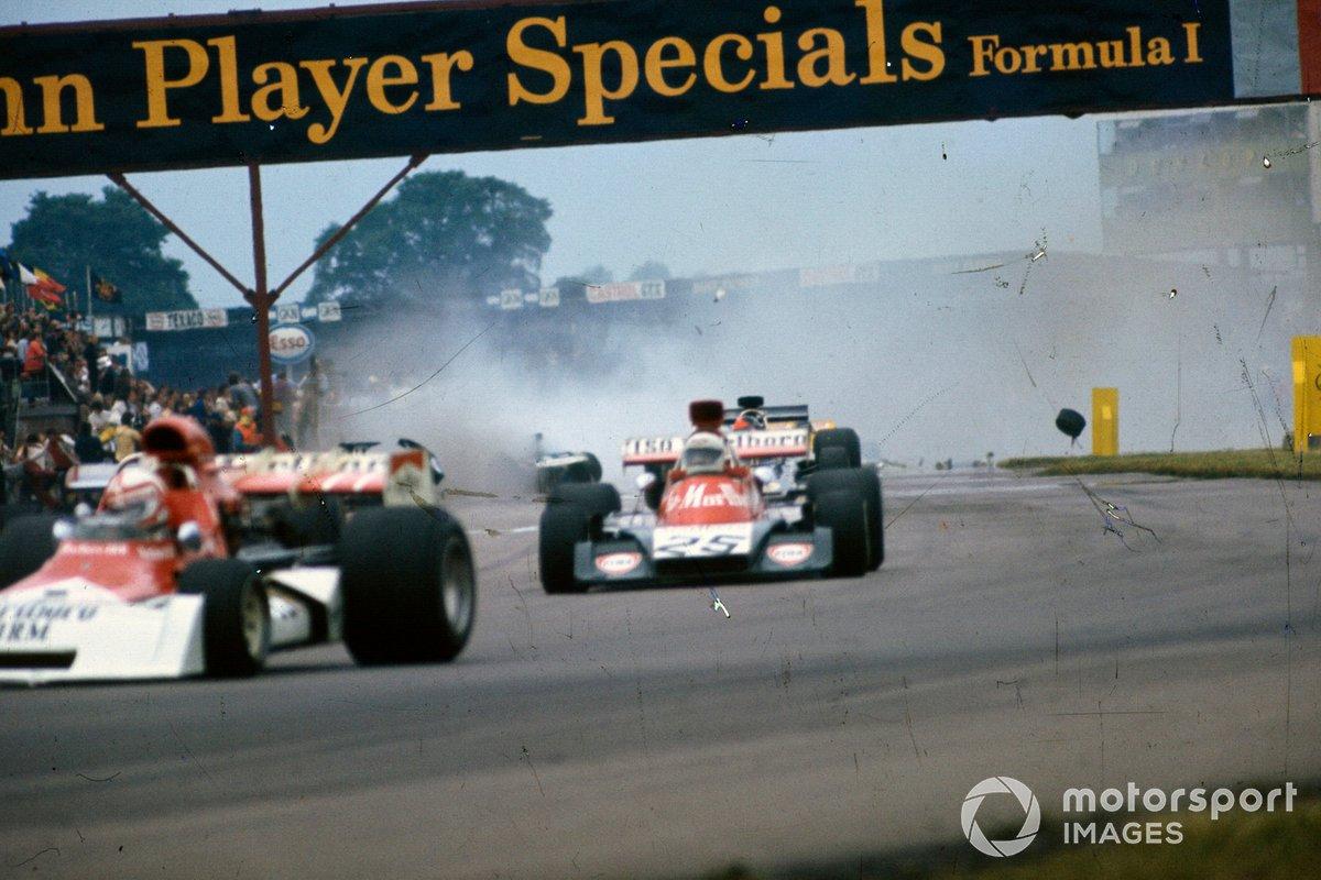 Un accidente de varios monoplazas tiene lugar detrás de Clay Regazzoni, BRM P160E, 7º, Howden Ganley, Williams IR02 Ford, 9º y Emerson Fittipaldi, Lotus 72E Ford