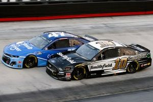 Aric Almirola, Stewart-Haas Racing, Ford Mustang Smithfield and Ricky Stenhouse Jr., JTG Daugherty Racing, Chevrolet Camaro Kroger/Cottonelle