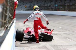 Ralf Schumacher donne un coup de pied à sa Toyota TF105