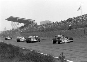 John Miles, Lotus 72C leads Piers Courage, De Tomaso 505
